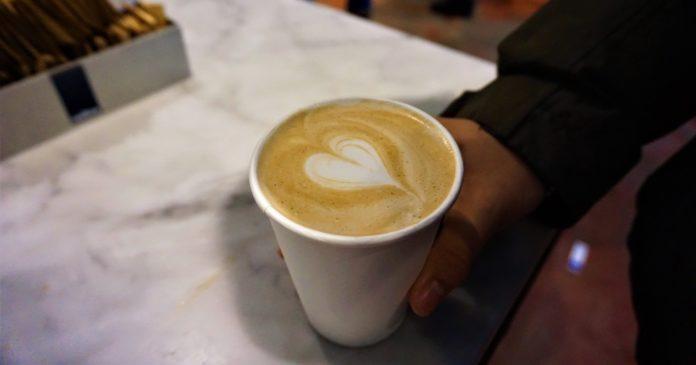 Awas! Minum kopi sebelum naik pesawat