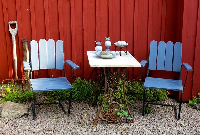 menghias meja teras dengan warna menonjol