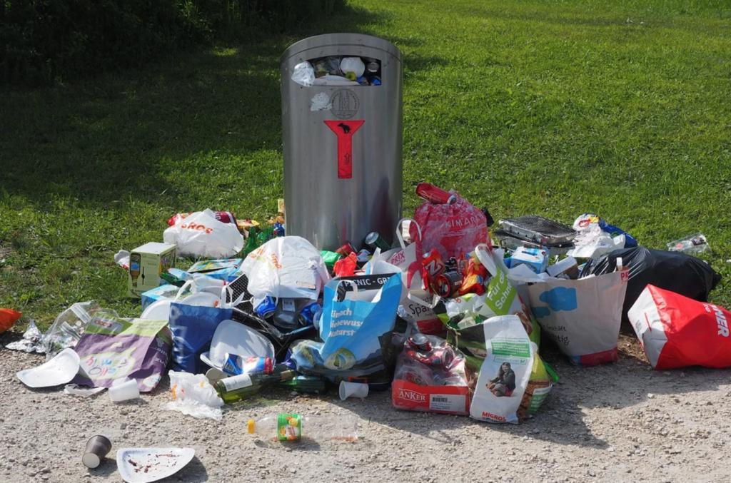 membuang sampah sembarangan penyebab banjir