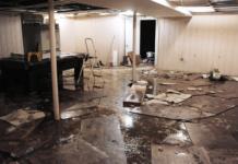Membersihkan rumah pasca banjir