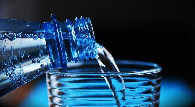 Mengonsumsi air putih untuk menurunkan berat badan