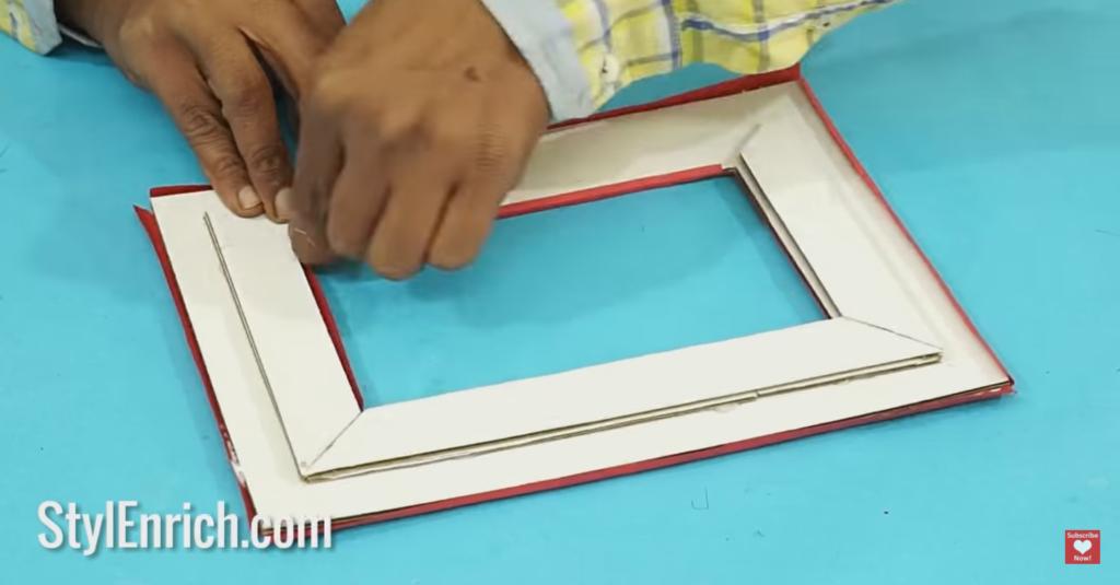 tempel kertas berwarna ke bingkai foto