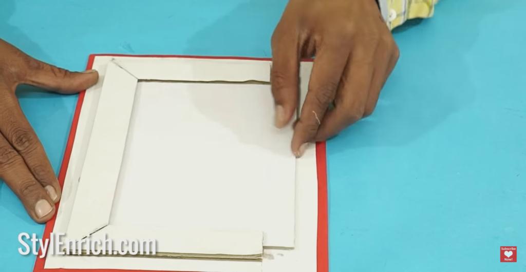selipkan kertas ke dalam bingkai foto