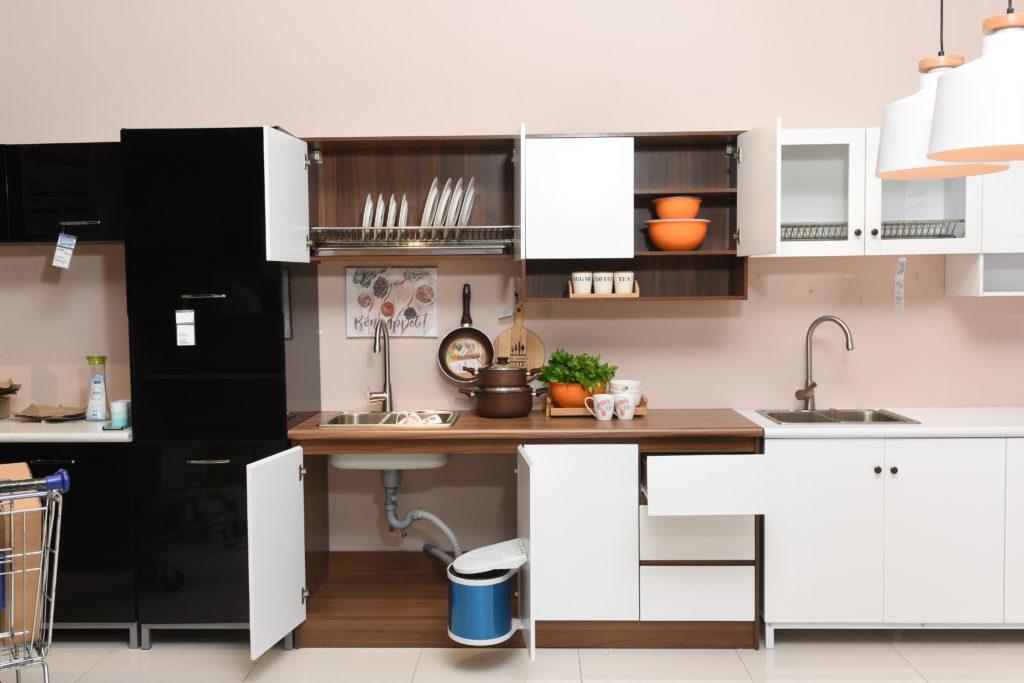 Dapur minimlais dengan perabotan berwarna netral