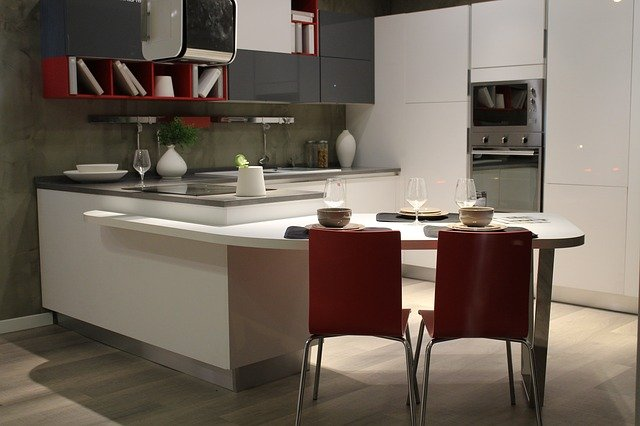 Konsep dapur dengan permainan warna yang kuat
