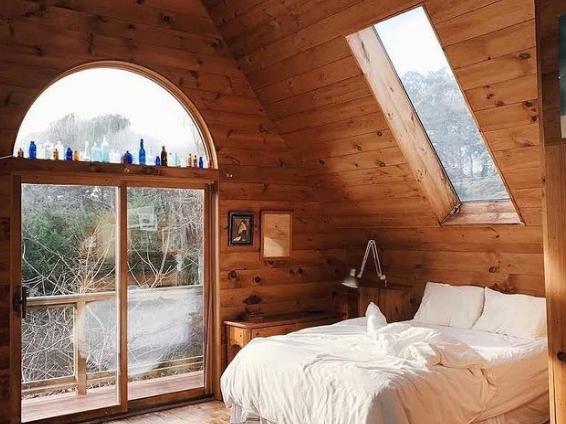 interior kamar dari kayu