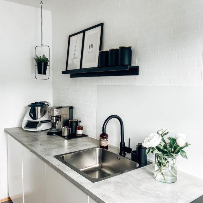 aksen metalik pada dapur scandinavian