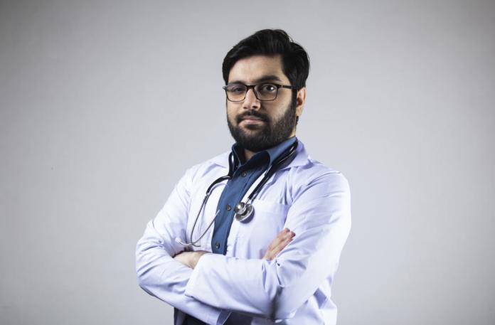Dokter menggunakan stetoskop