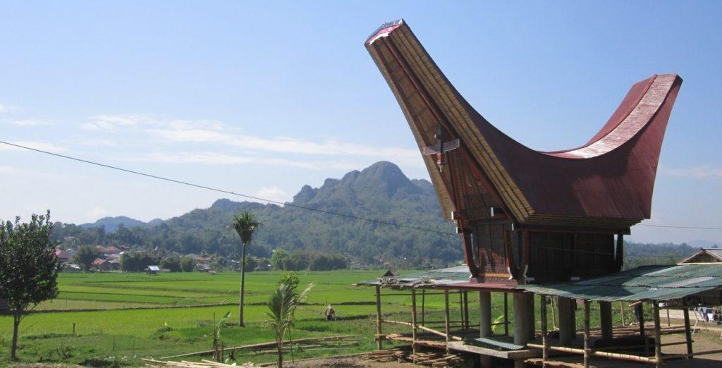 rumah adat tongkonan dengan atap perahu