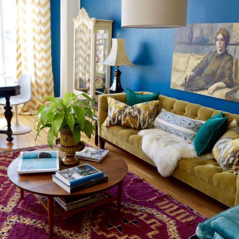 Cat dinding berwarna mencolok dengan lukisan besar