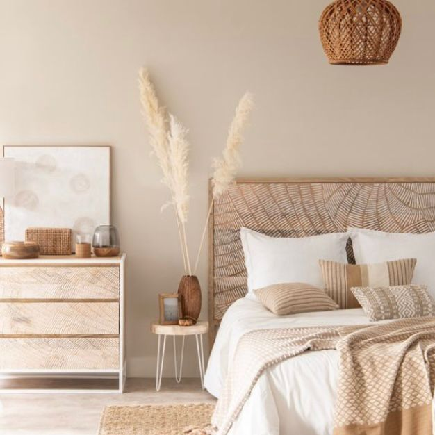 Desain kamar tidur warna cream dengan hiasan coklat