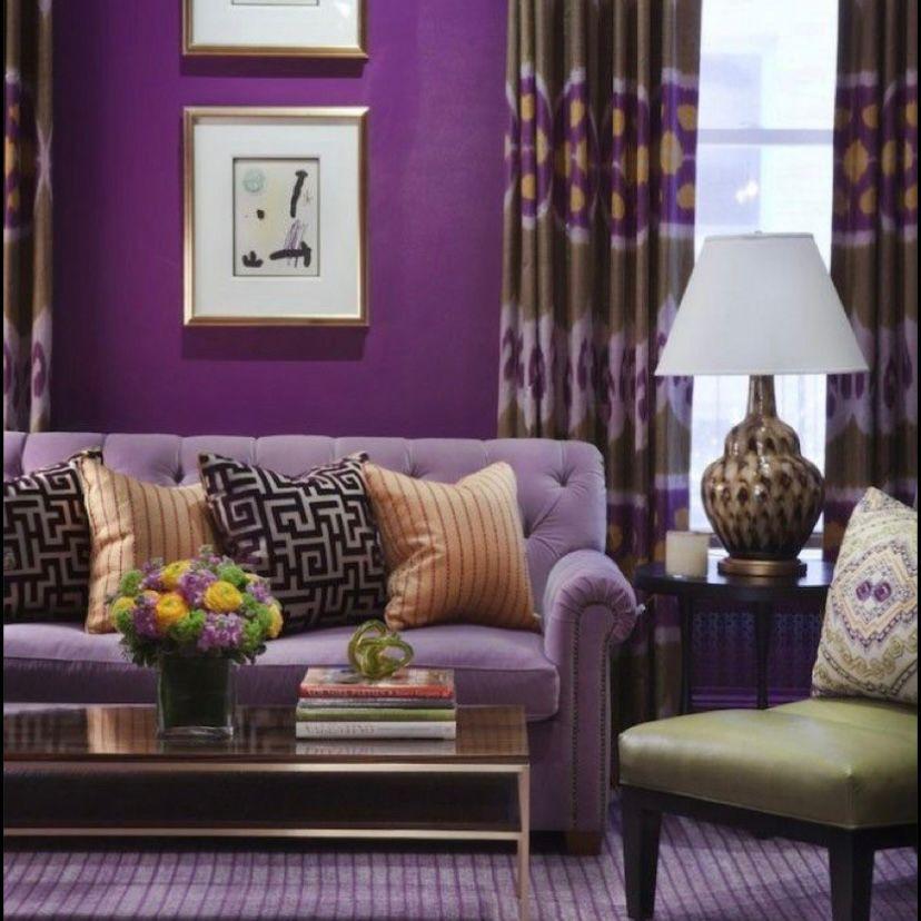 Dinding ungu tua dengan sofa warna lilac dan bantal bermotif