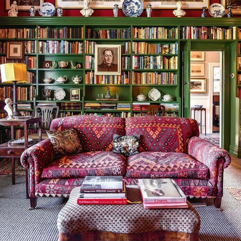 Nuansa hijau dengan sofa bermotif tribal etnik
