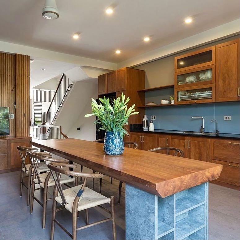 dapur dan ruang makan dengan perabotan dari kayu jati