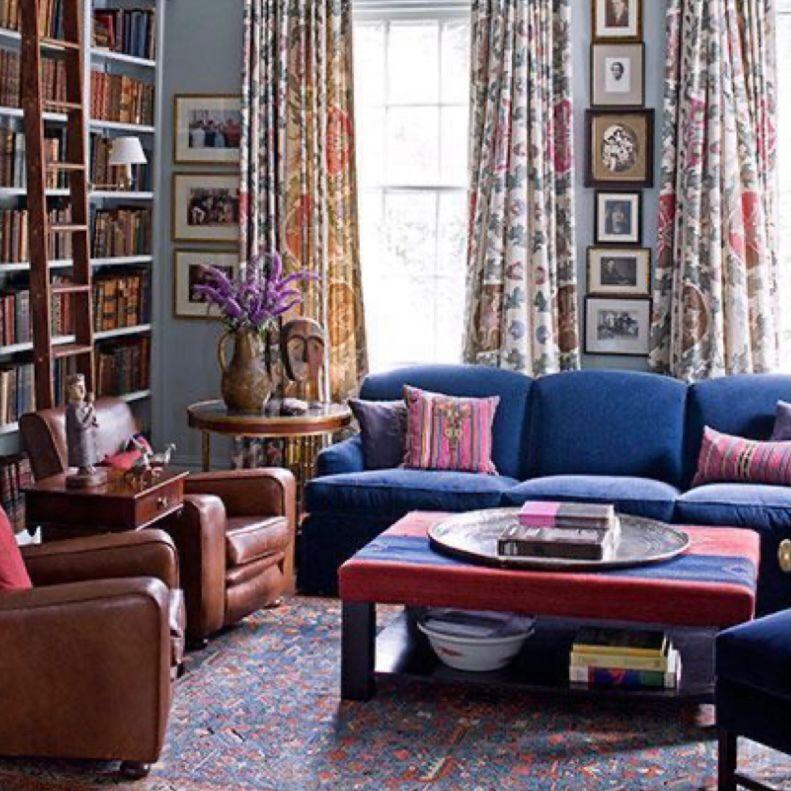 Perpaduan sofa berwarna mencolok dengan sofa kulit