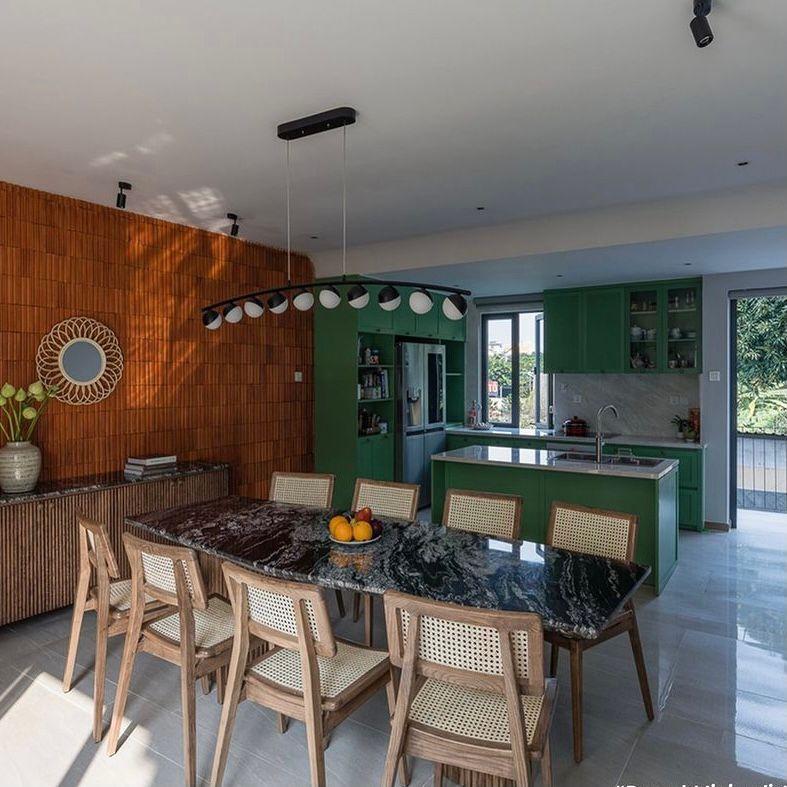 Dinding kayu dan cat hijau dengan meja marmer