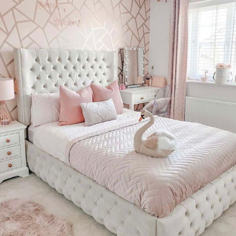 Kamar pink muda dengan wallpaper mosaik