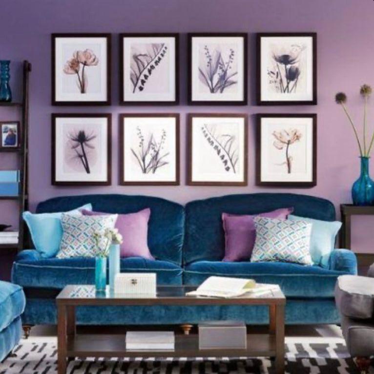 Nuansa lilac dengan bingkai-bingkai foto aesthetic di dinding
