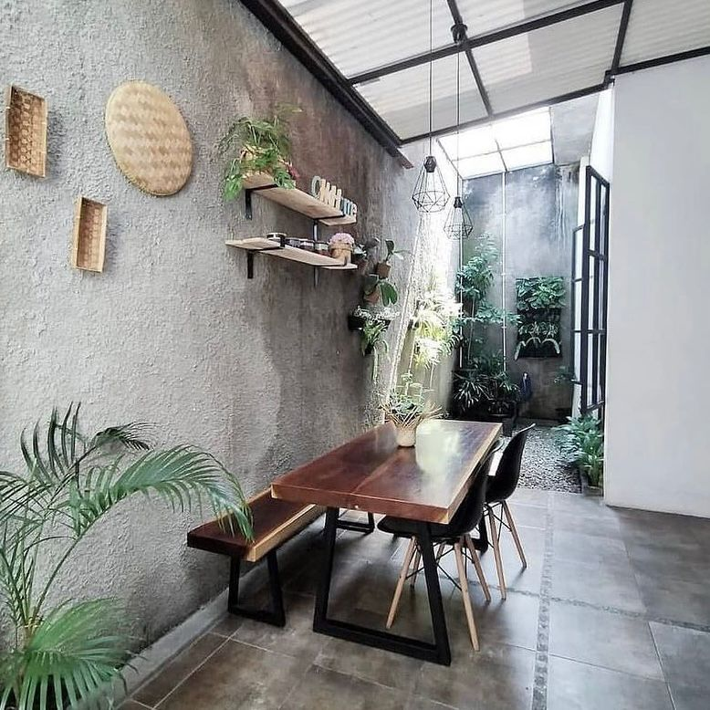 Ruang makan outdoor tema industrial