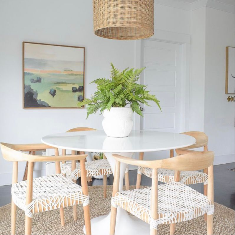 ruang makan dengan perabotan cerah dan sederhana