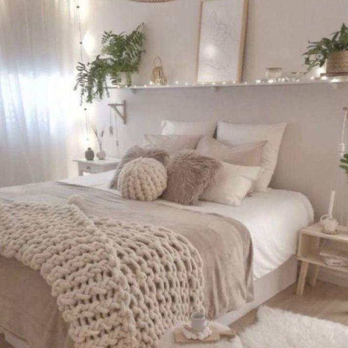 Kamar warna cream dengan lampu tumblr