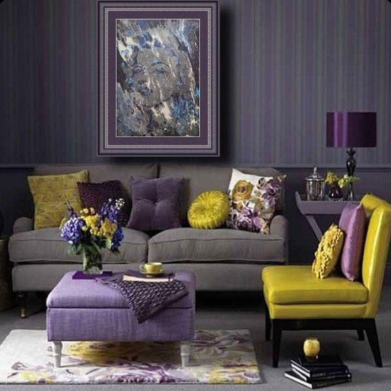 Menggunakan wallpaper ungu bergaris dengan lukisan besar