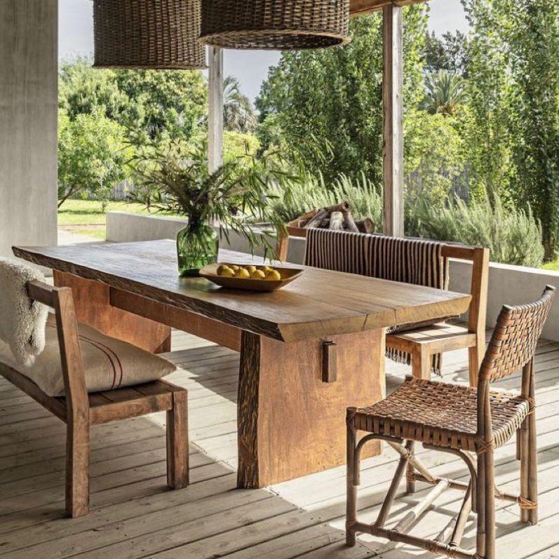 Perabotan dari kayu jati dengan hiasan lampu rotan