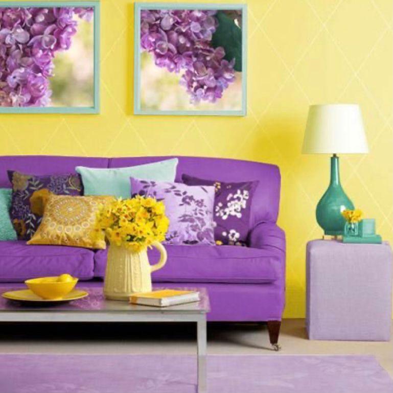 Dinding yang cerah dengan perabotan berwarna ungu terang