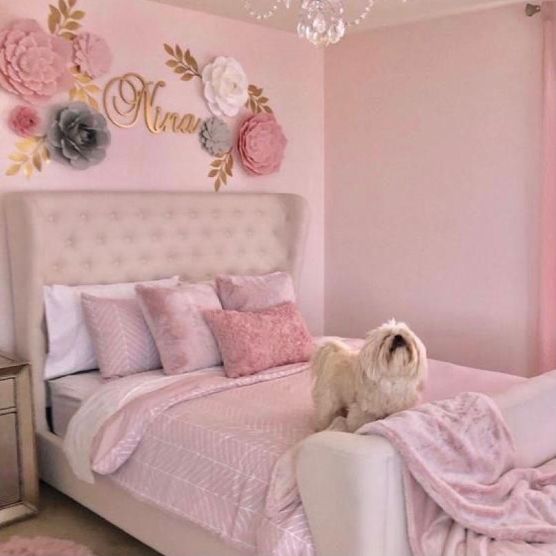 Kamar pink dengan dekorasi bunga kertas