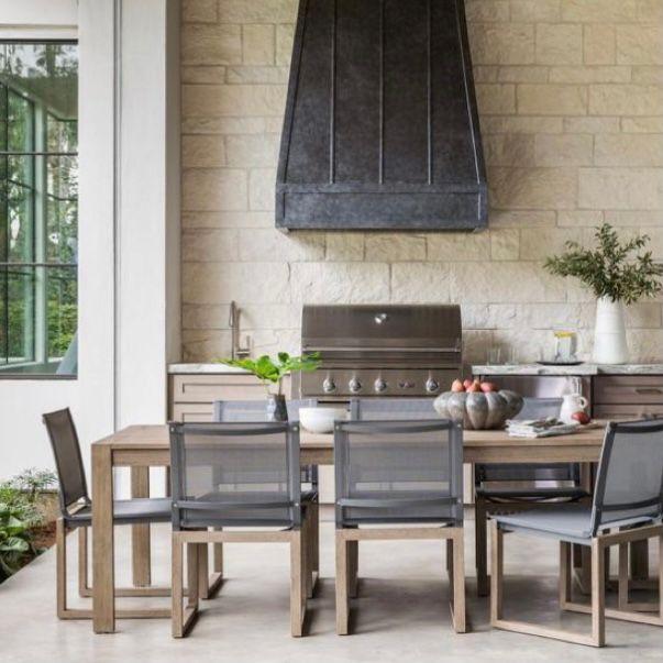 Menambahkan oven di ruang makan outdoor akan terlihat keren