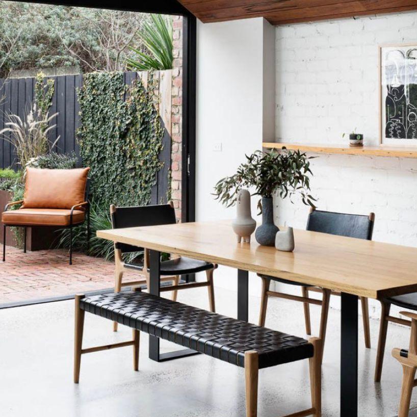 Ruang makan menghadap halaman belakang