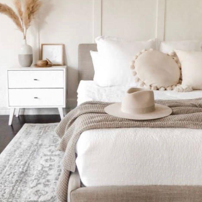 Kamar putih dengan aksen cream