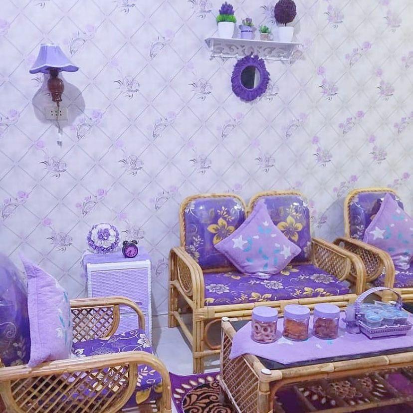 Perabotan rotan dengan wallpaper bermotif warna ungu