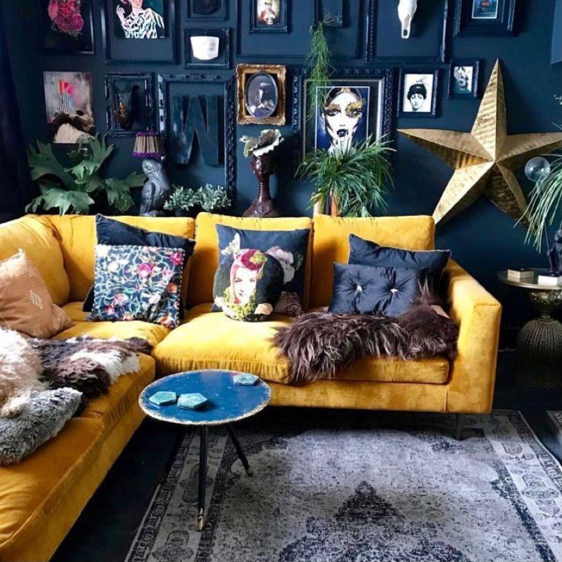 ruang tamu vintage dengan desain bold