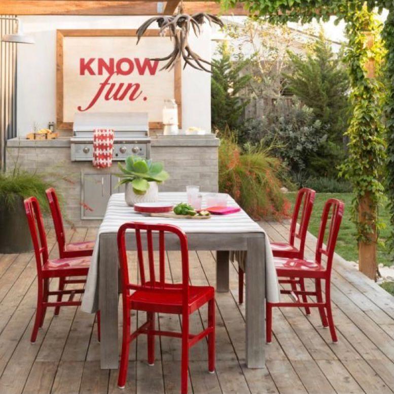 Ruang makan outdoor dengan tiang tanaman rambat dan perabotan merah
