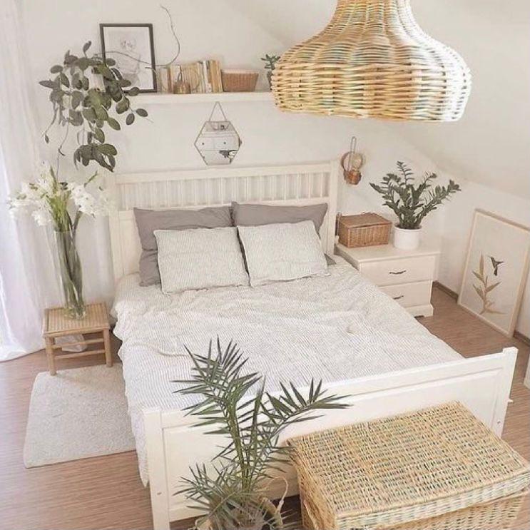 kamar tidur dengan tanaman hias