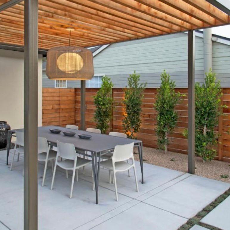 Atap dengan susunan kayu dan tanaman hias cantik