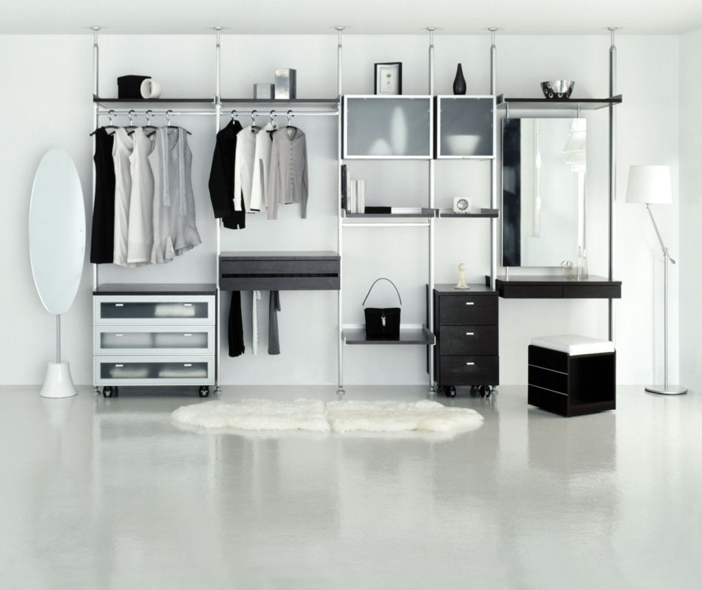 Desain walk in closet monokrom