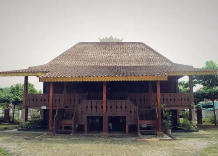 Rumah adat Provinsi Lampung - Rumah Nuwo Sesat
