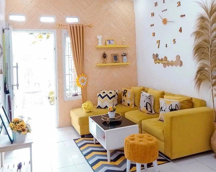 Nuansa kuning yang menyegarkan dengan jam dinding raksasa