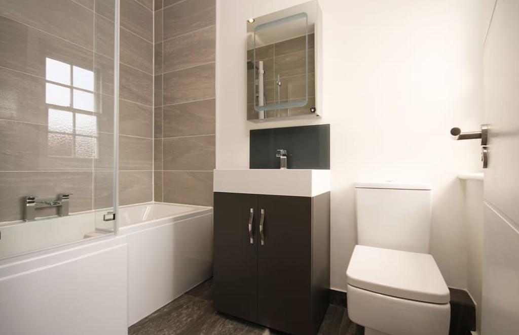 Untuk area kamar mandi yang terbatas, kamu bisa membatasi produk yang akan mengisi ruangan tersebut. Pilih yang seperlunya tanpa memberikan dekorasi yang berlebihan. Namun agar tetap cantik dan tidak terlihat kosong, maka tambahkan beberapa perlengkapan kamar mandi yang dapat memberikan fungsi, seperti gantungan handuk dari stainless, tanaman hijau yang menyegarkan ruangan, hingga kotak penyimpanan kaca yang memiliki fungsi ganda.