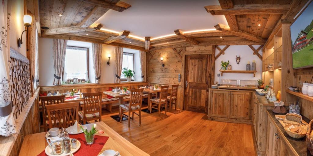 plafon ruang makan dari kayu