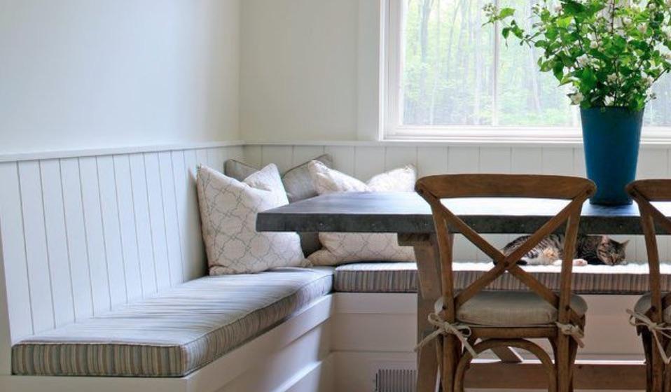 ruang makan dekat jendela