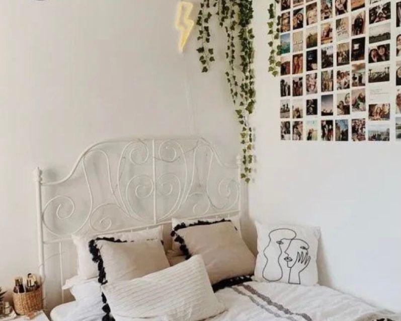 Foto polaroid pada dinding kamar