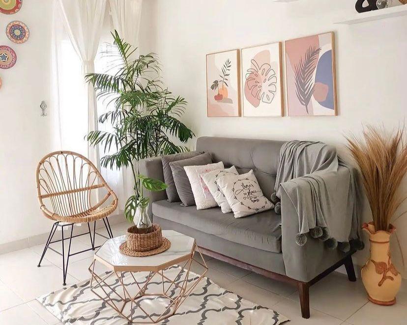 ruang tamu dengan kursi rotan dan selendang