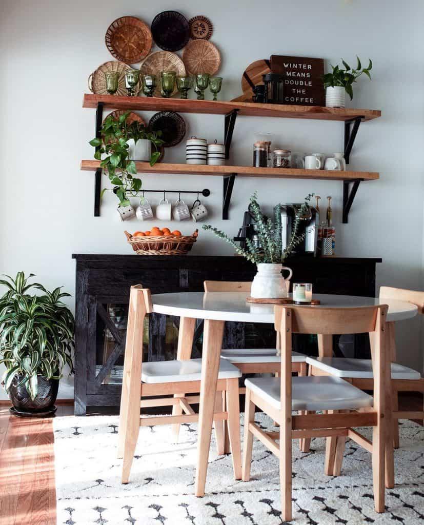 ruang makan dengan rak